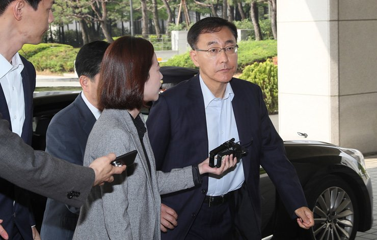 <span>Prosecutor General Kim Soo-nam enters the Supreme Prosecutors' Office in southern Seoul, Wednesday, the day Moon Jae-in was officially elected as Korea's new president. / Yonhap</span><br /><br />