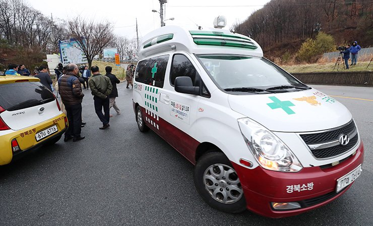 Rescue workers arrive at the scene of the accident. / Yonhap