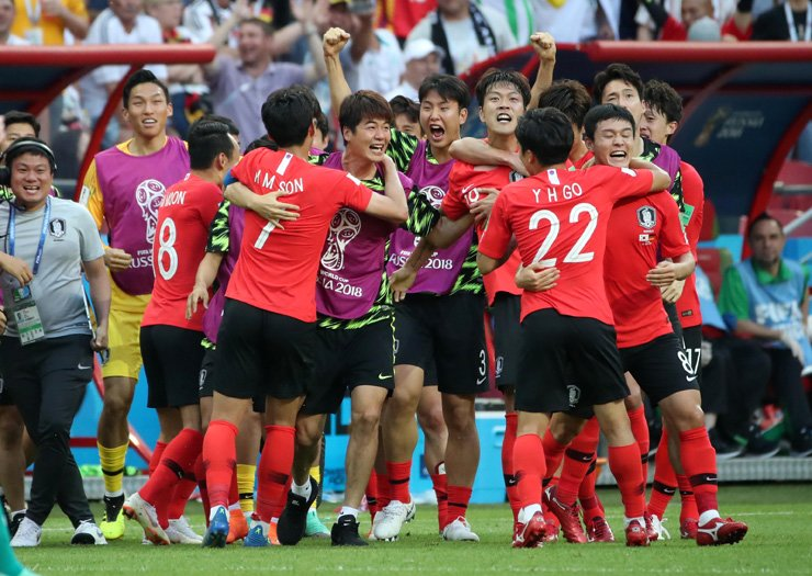 South Korean players celebrate after defeating Germany in the group F preliminary round game at the Kazan Arena in Kazan, Russia, Wednesday. Yonhap