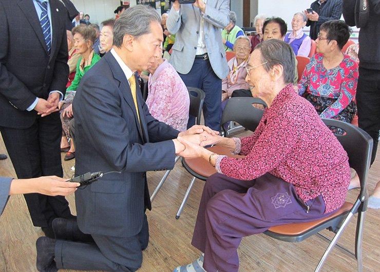 Former Japanese Prime Minister Yukio Hatoyama meets Korean survivors of the U.S. atomic bombings of two Japanese cities during the World War II, in Hapcheon, Wednesday. Yonhap