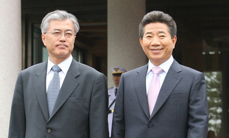 Moon Jae-in, left, the presidential candidate of the Democratic Party of Korea, walks with then-President Roh Moo-hyun at Cheong Wa Dae in 2007 when he was serving as Roh's chief of staff. / Courtesy of Democratic Party of Korea
