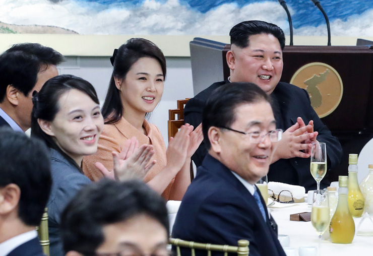 First couples of the two Koreas greet each other before a banquet held in Panmunjeom, Friday. / Korea Summit Press Pool