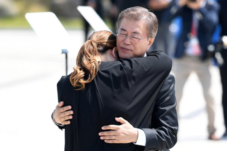 President Moon Jae-in hugs Kim So-hyung, whose father was killed during the May 18th Gwangju Uprising, during a ceremony marking the 37th anniversary of the democratic movement in Gwangju last year. Yonhap
