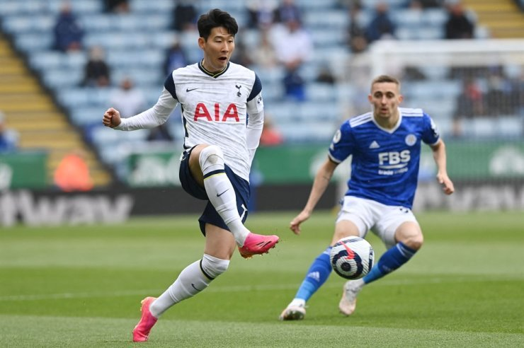 Tottenham Hotspur striker Son Heung-min, left, plays the ball during the English Premier League football match between Leicester City and Tottenham Hotspur at King Power Stadium in Leicester, central England, May 23. AFP-Yonhap