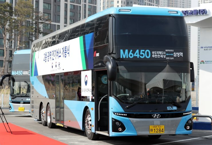 This double-decker electric bus travels between Incheon's Songdo District and Samseong Station in southern Seoul's Gangnam District while carrying up to 71 passengers. It began operating in April 2021. Yonhap