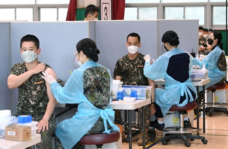 Soldiers get COVID-19 vaccine at the 9th Infantry Division in Goyang, Gyeonggi Province, June 24. Yonhap