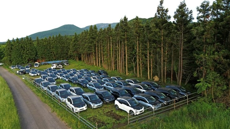 Some 70 BMW i3s, which used to belong to a car rental company that recently went bankrupt, are parked at a roadside on a mountain in Awol District of Jeju, May 25. Yonhap