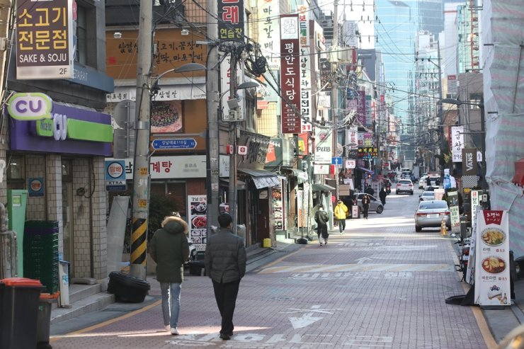 A street in Seoul's Gangnam District is nearly empty, Wednesday, as COVID-19 continues to spread across the country. Yonhap