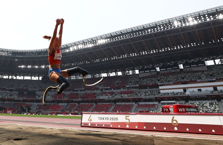 Tokyo 2020 Paralympic Games - Athletics - Women's Long Jump - T64 Final - Olympic Stadium, Tokyo, Japan - August 28, 2021. Fleur Jong of the Netherlands in action. REUTERS
