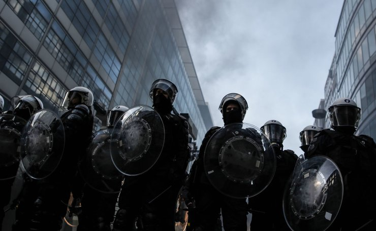 Anti-riot policemen face 'yellow vest' (Gilet Jaune) protesters during clashes as part of a demonstration on November 30, 2018, near major EU buildings in Brussels. AFP