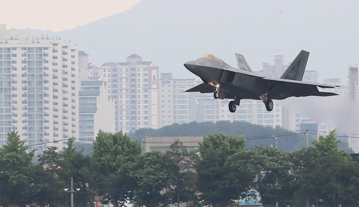 An F-22 Raptor stealth fighter lands at a military base in Gwangju, Wednesday, amid Max Thunder, a joint military drill between the Air Forces of South Korea and the U.S. / Yonhap