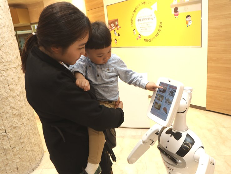 A concierge robot called elBot recommends restaurants for shoppers at Lotte Department Store's main branch in Seoul in this file photo. / Courtesy of Lotte Department Store