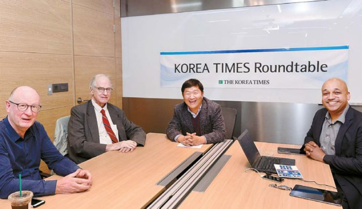 Three Korea Times columnists speak on the election of Donald Trump as U.S. president in a roundtable hosted by Chief Editorial Writer Oh Young-jin, third from left, at the Times conference room, last week. From left are Michael Breen, Don Kirk, Oh and Casey Lartigue Jr. Oh's column, titled 'How to make Trump a great president,' was previewed online and will be published in Thursday's edition of the newspaper. / Korea Times photo by Shim Hyun-chul