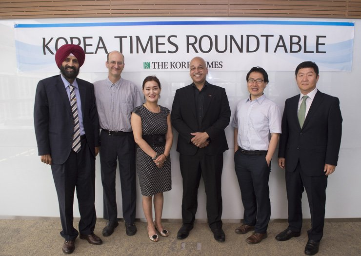 Participants pose before the start of The Korea Times Roundtable on the subject of the aftermath of President Moon Jae-in's recent whirlwind diplomacy at the Times' conference room last week. From leftare peace movement leader Lakhvinder Singh; Emanuel Yi Pastreich, critic on a wide range of issues; Chung Ji-woo, a Korean-Canadian NGO representative who participated as observer; North Koreanrefugee-assistance NGO leader Casey Lartigue Jr.; China expert Lee Seong-hyon; and Oh Young-jin, the Times' chief editorial writer. / By Korea Times photo by Shim Hyun-chul