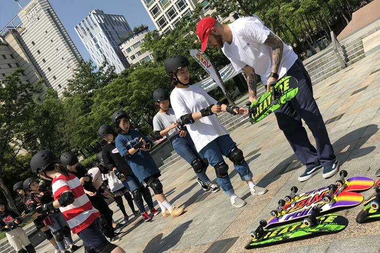 An instructor teaches girls how to skateboard as part of street events held last year at Daehangno in Jongno-gu, Seoul. / Courtesy of Seoul Metropolitan Government