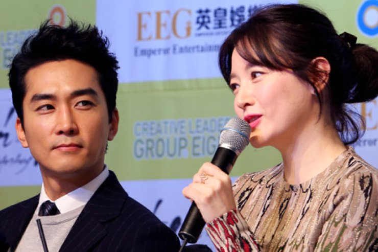 Actors Song Seung-heon, left, and Lee Young-ae / Yonhap