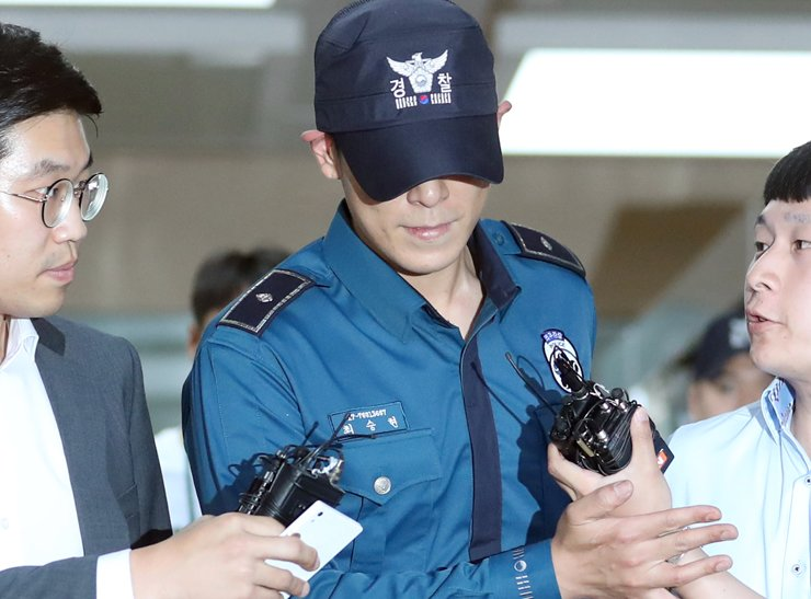 Rapper T.O.P of BIGBANG leaves Seoul Metropolitan Police Agency, Monday, as his position at the agency to service 2-yaer military duty has been cancelled after the prosecution indicted him over illegal drug use in last October. / Yonhap
