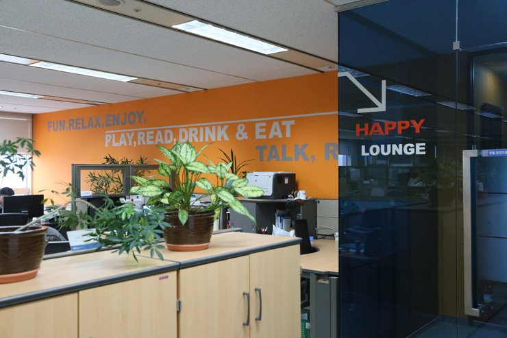 A wall of the Hanmi Global headquarters in Samseong-dong, southern Seoul, displays words that reflect the company's philosophy on keeping employees happy.  /   Courtesy of Hanmi Global