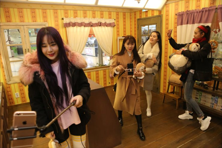 Internet celebrities from China, or 'Wang Hong' in Chinese, broadcast through their smartphones at a kidult toy store Toys & Hobby in I'Park Mall in Seoul, last Wednesday. / Courtesy of HDC Shilla