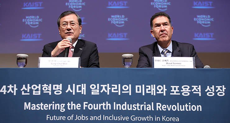 Korea Advanced Institute of Science and Technology (KAIST) President Shin Sung-chul, left, and Murat Sonmez, head of the World Economic Forum's Center for the Fourth Industrial Revolution, speak during a press conference at the Lotte Hotel in central Seoul, Friday. / Yonhap