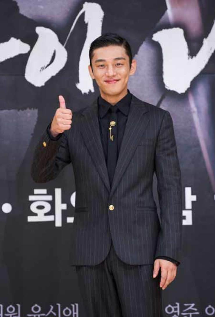 Actor Yoo Ah-in poses at a news conference Wednesday for his upcoming TV drama 'Six Flying Dragons' to air on SBS. Yoo is flying high this year with two blockbuster successes with 'Veteran' and more recently 'The Throne.' The film 'The Throne' will be Korea's submission for next year's Academy Award's Best Foreign Language Film category. /Yonhap