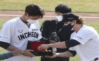 Ex-MLB star Choo Shin-soo gifts watch to teammate for giving up number