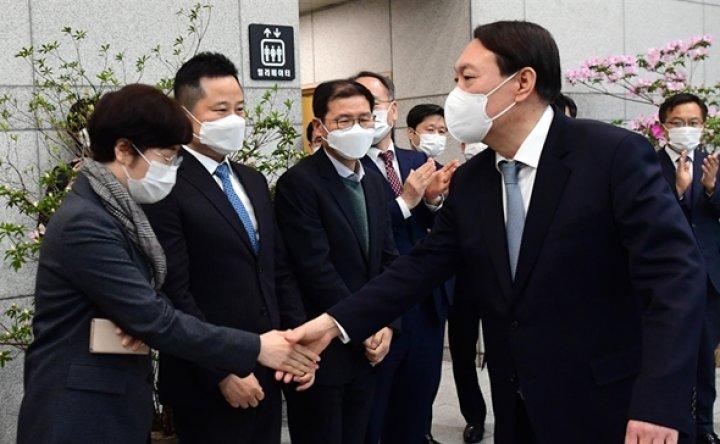 Top prosecutor's resignation rattles opposition bloc