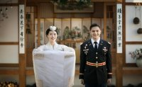 Korean, US Army officer couple to open pro baseball match with ceremonial pitch