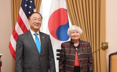 Finance minister joins gov't efforts to voice concerns over US pressure on Samsung