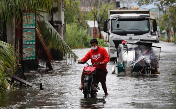 Typhoon displaces thousands, floods villages in Philippines