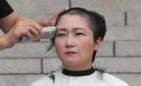 Rep. Lee Un-ju shaves her head to protest new justice minister [PHOTOS]
