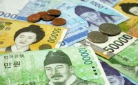 Japanese man throws money out of quarantine hotel window