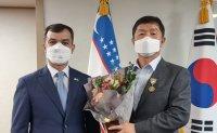 Korea Times president receives medal from Uzbekistan