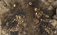 Go stones, jewel beetle ornaments, guilt-bronze crown unearthed at Silla-era tomb