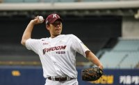 Traded pitcher keeping new KBO club afloat