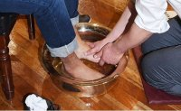 Professors kneel and wash students' feet in pre-Easter ceremony [PHOTOS]