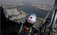 Life on the edge: Cleaning Korea's tallest building [PHOTOS]