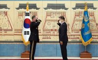 President honors outgoing USFK commander for his service