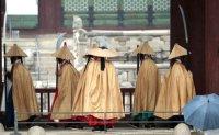 Wearing raincoats from Joseon era [PHOTOS]