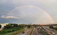 Bus driver pulls over vehicle for passengers to take photo of double rainbow