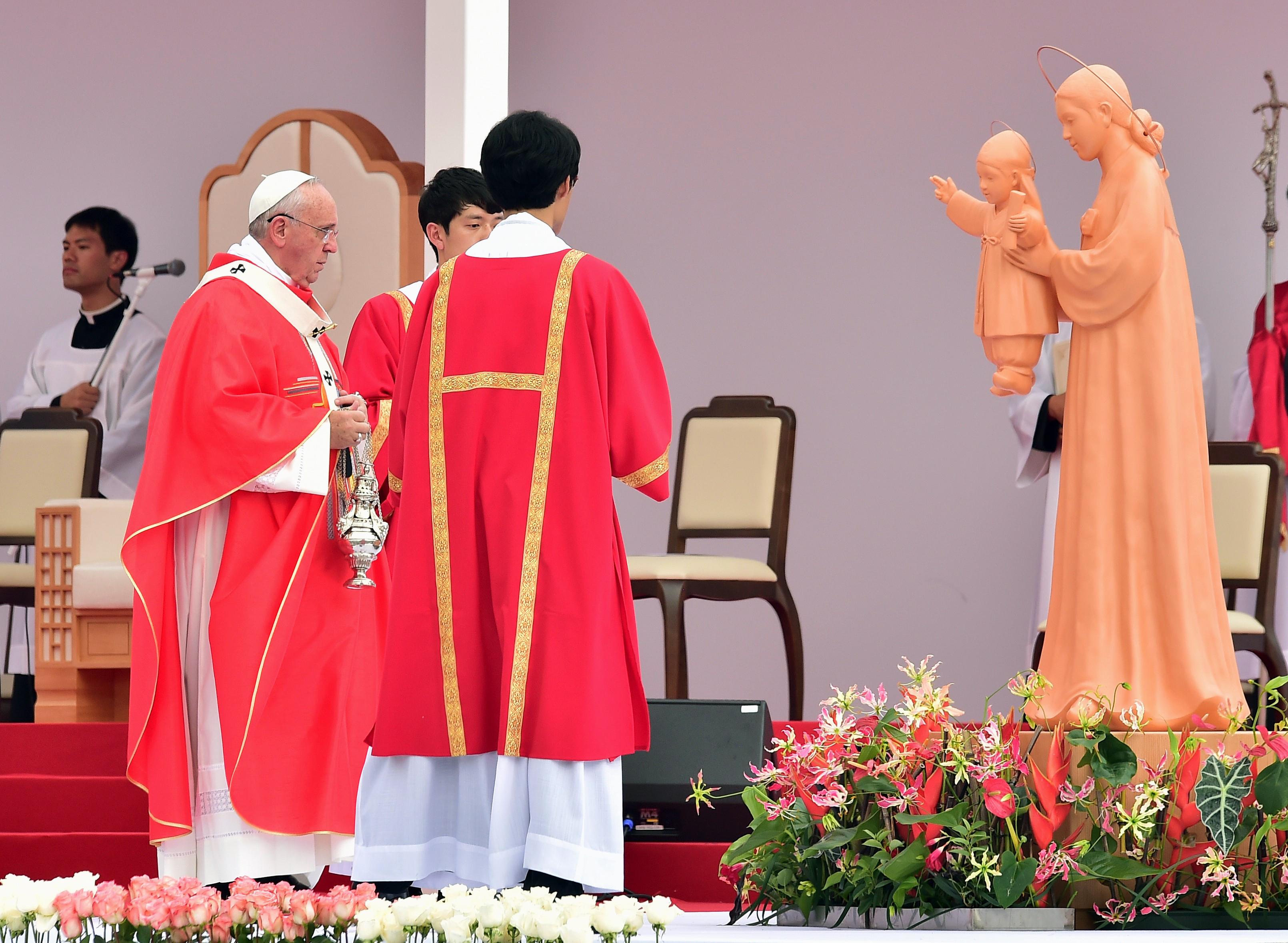 Pope beatifies 124 Korean martyrs in Gwanghwamun ceremony