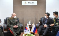 Defense minister holds back-to-back talks with foreign officials during exhibition