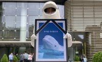 Animal rights activists call for release of beluga whale from aquarium