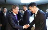 Moon leaves door open for pardon of imprisoned Samsung chief