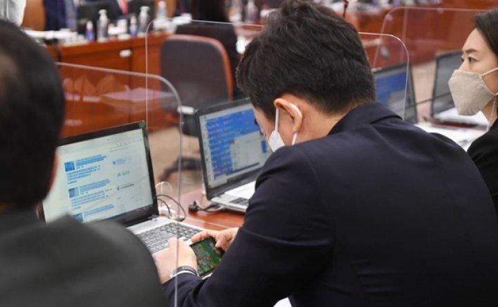 Lawmaker slammed for playing mobile game during audit