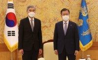 Moon meets US envoy on North Korea at Cheong Wa Dae