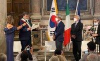 Korean sculptor becomes Italian town's honorary citizen
