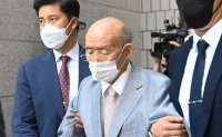 Chun Doo-hwan attends court hearing for libel suit over Gwangju Massacre