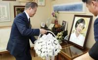 Moon pays tribute to late first lady Lee Hee-ho